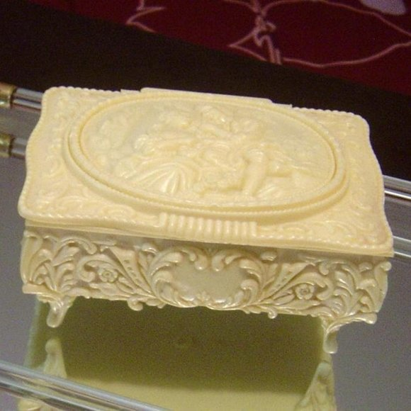 👫 Victorian courting Couple Celluloid Jewelry Box